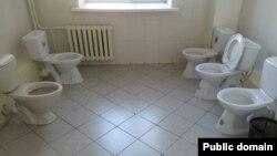 Туалет в одном из помещений в Астане. Фото из сети Facebook.