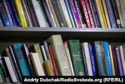 Книжки на полиці бібліотеки у відділенні реабілітації