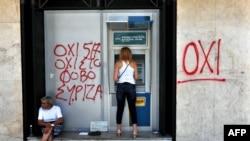 Yunanıstanda bankomatdan pul çıxaran qadın, 6 iyul, 2015-ci il