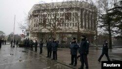 Милиционеры у здания парламента в Симферополе. 27 февраля 2014 года.