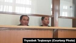 Кастер Мусаханулы (слева) и Мурагер Алимулы, этнические казахи из Синьцзяна, в суде, где их обвиняют в «умышленном незаконном пересечении границы». Зайсан, 21 января 2020 года. Автор фото — Ырысбек Токтасын.