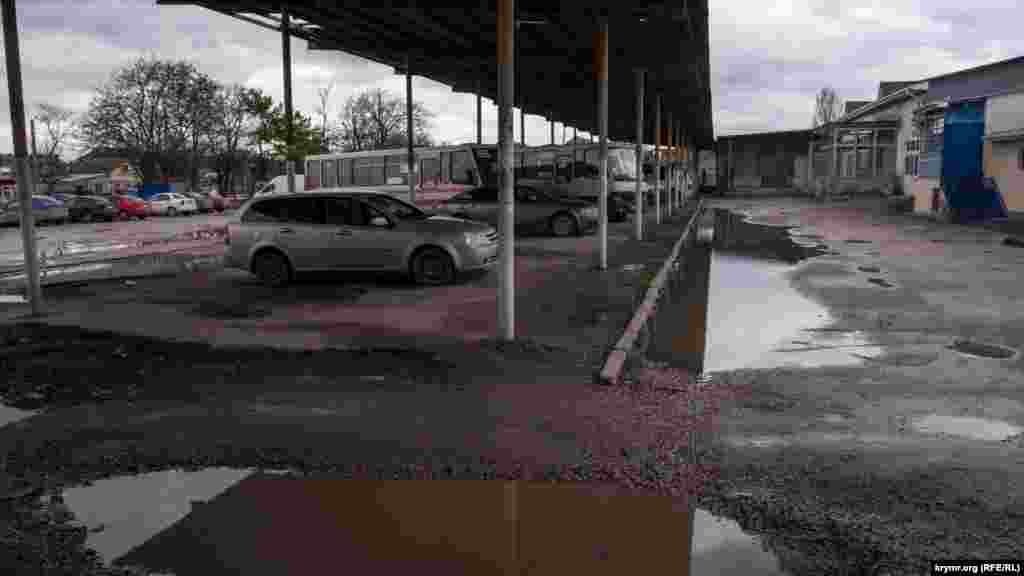 В зоне отстоя автобусов с тыльной стороны здания автостанции