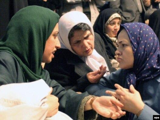 هاله سحابی (سمت راست) در حال گفت و گو با نرگس محمدی (چپ)، از فعالان حقوق زنان