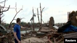 Një banor i shikon dëmet e shkaktuara nga stuhia në Mur të Okllahomës