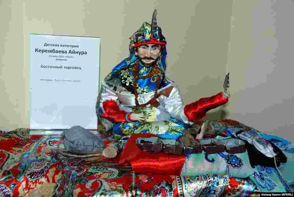 Шесть работ относятся к детской категории и сделаны учащимися художественной школы «Умай». Эта работа Айнуры Керембаевой «Восточный торговец».