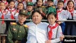 Нынешний лидер Северной Кореи Ким Чен Ын (в центре) на выступлении учащихся школ. Пхеньян, 8 июня 2016 года.