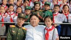 Кім Чон Ин із учасниками дитячої вистави «Ми найщасливіші у світі» (архівне фото)