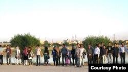 زنجیره انسانی دفاع از کارون. (عکس از سایت بروال).