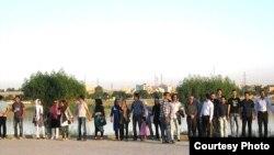 أهوازيون يشكلون حزاماً بشرياً