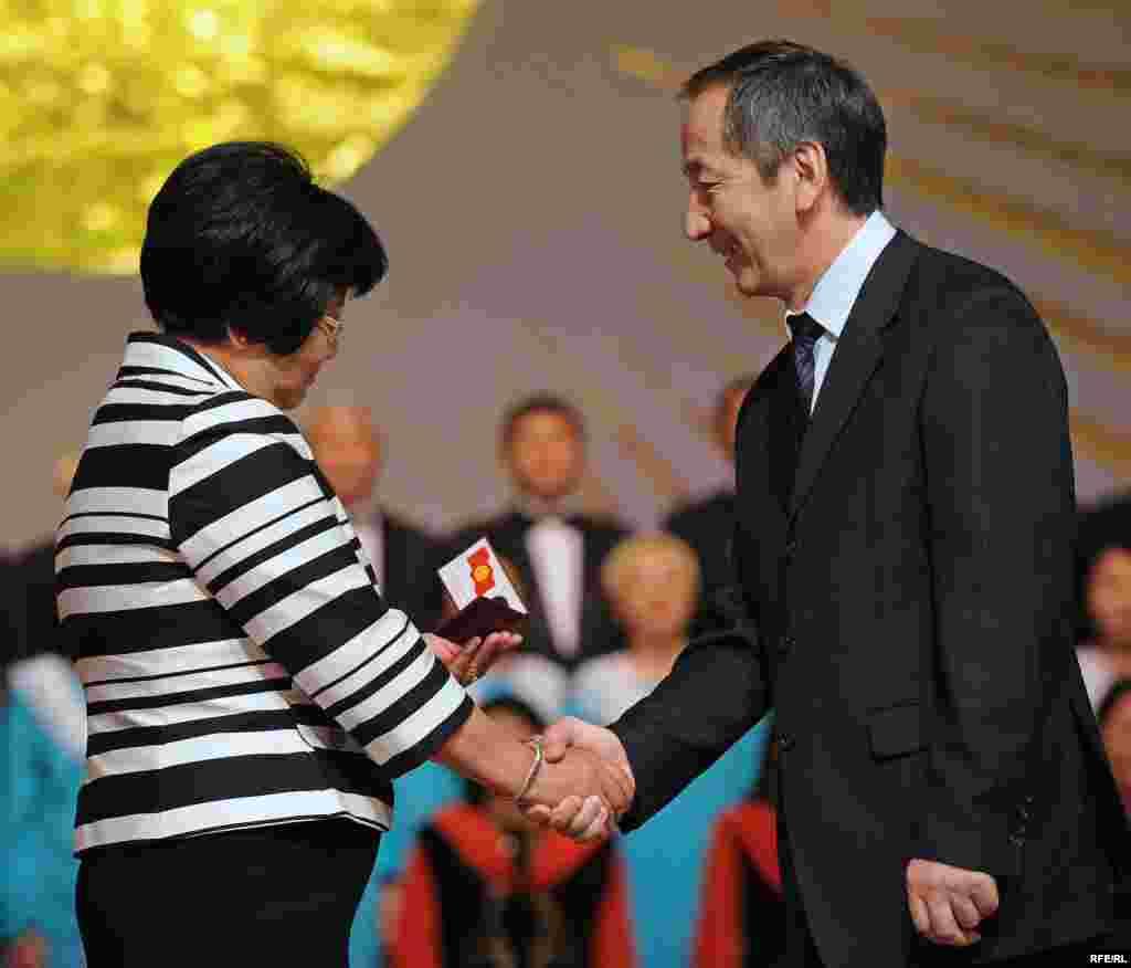 БШКнын төрагасы Акылбек Сариев Роза Отунбаевага президенттин күбөлүгүн тапшырды.