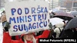 Qytetarët duke protestuar kundër dorëheqjes së Ministrit të Arsimit në Kantonin e Sarajevës, Emir Suljagiq.