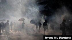 Эпизод протестных выступлений в Гонконге. Полиция применила слезоточивый газ, 5 августа 2019 года.