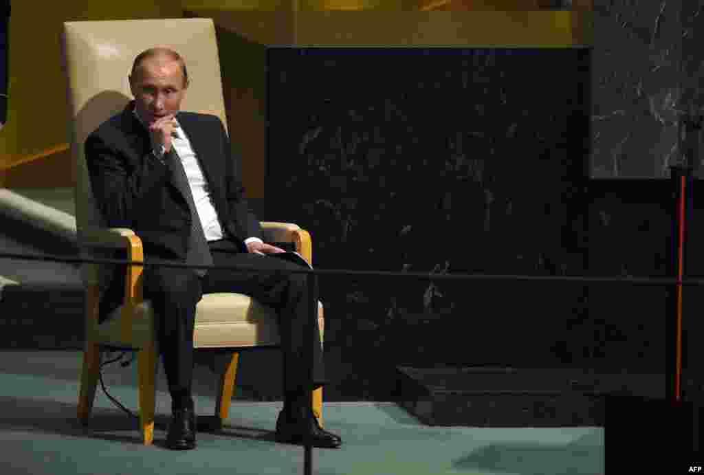 Выступление Путина в ООН 28 сентября президент России выступил на юбилейной, 70-й Генеральной Ассамблее ООН. Наблюдателям запомнилась не столько сама его речь (по мнению многих экспертов, в ней он пытался призвать Запад к компромиссу по Украине и Крыму в обмен на помощь в борьбе с ИГИЛ в Сирии), сколько первая за два года официальная встреча Путина и президента США Барака Обамы, состоявшаяся во время Генассамблеи. Около штаб-квартиры ООН в Нью-Йорке Путина встречали сотни протестующих против политики российского президента