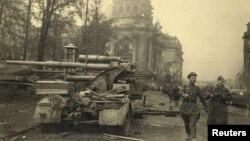 Радянські солдати біля Рейхстагу. Берлін, травень 1945 року