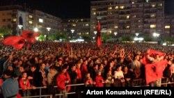Фанови во Косово го следат натпреварот.