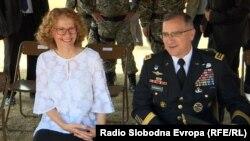 """Ministrja e Mborjtjes e Maqedonisë, Radmila Shekerinska dhe komandanti Suprem i NATO-s për Evropë, Curtis M. Scaparrotti në Kazermën """"Ilinden"""" në Shkup."""