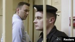 Російський опозиціонер Навальний залишає приміщення суду у місті Кірові, 24 квітня 2013 року