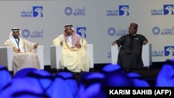 Suhail Mohammed Faraj al-Mazroui (solda), Khalid al-Falih (ortada) və OPEC-in baş katibi Mohammed Barkindo