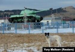 Советский монумент, танк ИС-2, на острове Шикотан