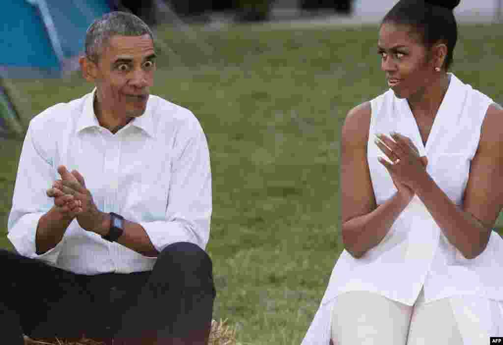 باراک و میشل اوباما بر روی چمن کاخ سفید و در جریان مراسم پیشآهنگی ۵۰ دختر جوان با موضوع «مبارزه با چاقی در کودکی و افزایش آگاهی در علم تغذیه»