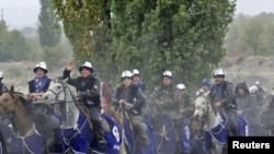 """""""Ар-намыс"""" партиясынын тарапкерлери былтыркы парламенттик шайлоо алдында. Чүйдүн Байтик айылы, 2010-жылдын 8-октябры."""