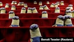 В кинозале рассажены фигурки «миньонов» для того, чтобы посетители одного из кинотеатров Парижа держали физическую дистанцию во время киносеанса