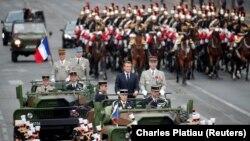Президент Франции Эммануэль Макрон принимает парад в честь Дня взятия Бастилии, Париж, 14 июля 2019 года