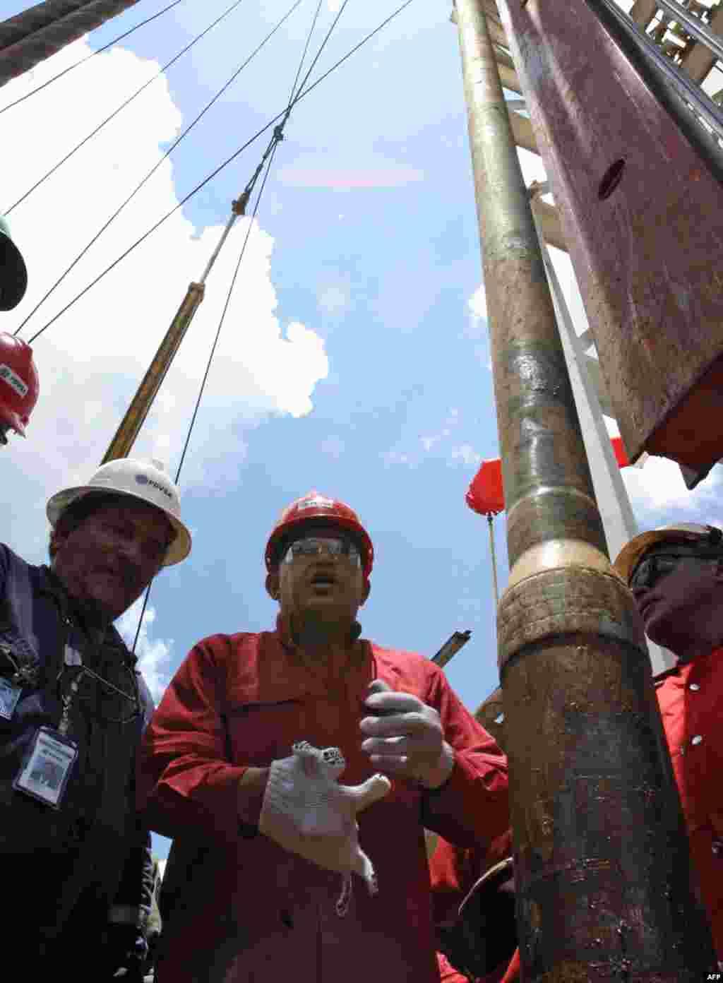 Венесуэла – страна с крупнейшими в мире разведанными запасами нефти, ее экономика зависит от общемировых цен на нефть на 90%. Но из-за особенностей венесуэльских месторождений и некомпетентного регулирования нефтяной отрасли правительством Мадуро, страна практически потеряла возможность добывать нефть самостоятельно. На фото – бывший президент Венесуэлы Уго Чавес во время визита на нефтяное месторождение в штате Карабобо 10 августа 2006 года
