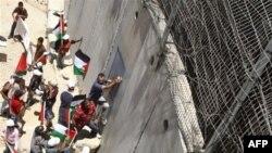 Палестинцы проводят акцию протеста около разделительной стены, Иерусалим