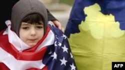 Накануне годовщины независимости в Приштине раскупались как косовские, так и американские флаги