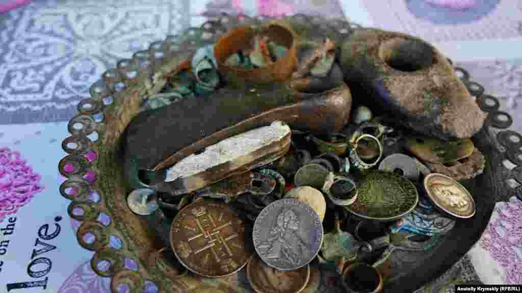 Как и монет и украшений различных эпох.