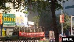 Қытай әскері тиелген жүк көлігі көше кезіп бақылап жүр. Үрімжі, 11 шілде 2009 жыл.