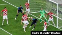 Гравці збірних Хорватії та Франції у фінальному матчі чемпіонату світу з футболу, Москва, Росія, 15 липня 2018 року