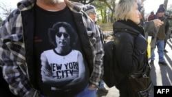Американские фанаты Джона Леннона собрались на Земляничных полянах в Центральном парке Нью-Йорка, 8 декабря 2010