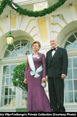 Вайра Віке-Фрэйбэрга падчас цырымоніі ўступленьня на другі тэрмін, прыступкі Рундальскага палацу, Латвія, 2003