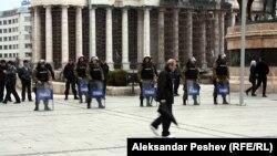 Полицијата ги обезбедува протестите во Скопје на 16 април 2012 по петкратното убиство во Смиљковци.