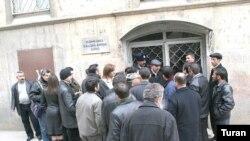 Əli İnsanovun məhkəməsinə gələn bir sıra jurnalistlər yenə də qapı arxasında qaldı