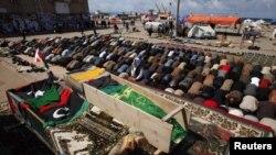 Муаммар Каддафиге ишенимдүү күчтөрдүн огунан курман болгон адамдардын тажиясы. Бенгази. 21-март 2010