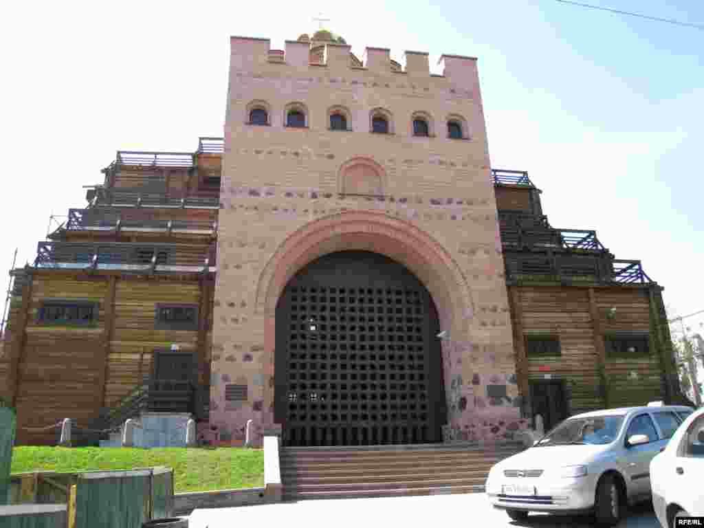 Київські Золоті Ворота – пам'ятка архітектури ХІ ст., реконструйована 1982 р. Входить до Національного заповідника «Софія Київська».