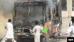 Люди рятують автобус, який віз шиїтів, після атаки на нього. Пакистан, 14 жовтня 2011 року