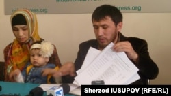 33-летний житель города Карасу Ошской области Кыргызстана Шахобиддин Бозорбоев с супругой и дочерью.