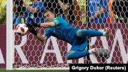 Ռուսաստանի հավաքականի դարպասապահ Իգոր Ակինֆեևը Իսպանիայի հավաքականի հետ հանդիպմանը ետ է մղում հետխաղյա 11-մետրանոցը, Մոսկվա, 1-ը հուլիսի, 2018թ.