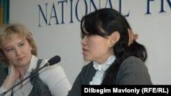 Редактор газеты «Азат» Назира Даримбет (справа) и редактор газеты «Голос Республики» Татьяна Трубачева (слева). Алматы, 27 октября 2010 года.