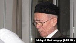 Пенсионер Сейткерим Кожаназар на суде против оппозиционного политика Жасарала Куанышалина. Алматы, 9 декабря 2010 года.