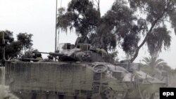 یک تانک بریتانیایی در جنوب عراق، (بریتانیا مراقبت از نیروهایش را در عراق افزایش داده است.)
