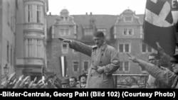 Гитлер во время одного из выступлений
