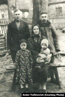 1938 год. Адзіны фотаздымак з прапрадзедам Якубам (крайні справа)