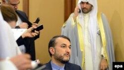 نفر وسط: حسین امیر عبداللهیان، معاون عربی، آفریقایی وزیر خارجه ایران