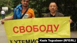 Канат Байбачин (слева), муж осужденной бывшей судьи Алматинского городского суда Кульпаш Утемисовой, и ее брат Мухамед Серсенбаев на акции протеста против приговора, вынесенного в отношении судьи. Алматы, 3 июня 2014 года.