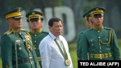 رودریگو دوترته در جریان یک مراسم رسمی ارتش در مانیل، پایتخت فیلیپین؛ اکتبر ۲۰۱۷